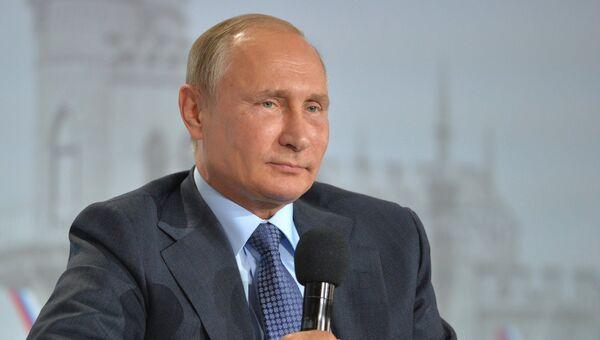 Президент РФ Владимир Путин на пленарном заседании регионального Форума действий Общероссийского народного фронта в Ялте. 26 октября 2016
