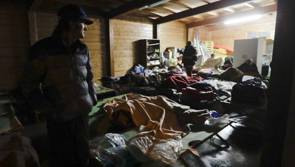 Люди проводят ночь в убежище скрываясь от землетрясения в провинции Мачерата, Италия. 27 октября 2016