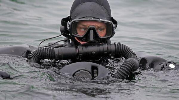 Тренировка пловцов-подводников. Архивное фото