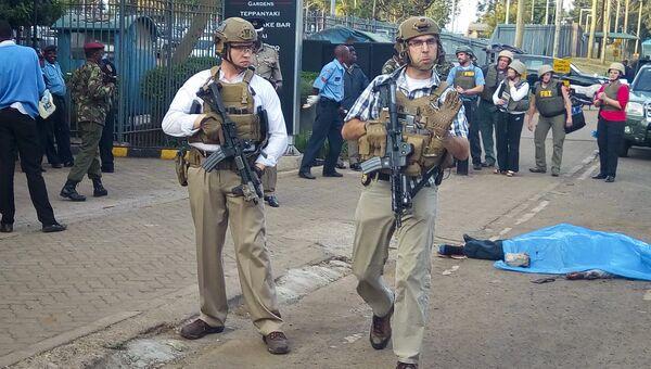 Амерканские военнослужащие возле посольства в Найроби, где был застрелен человек. Архивное фото