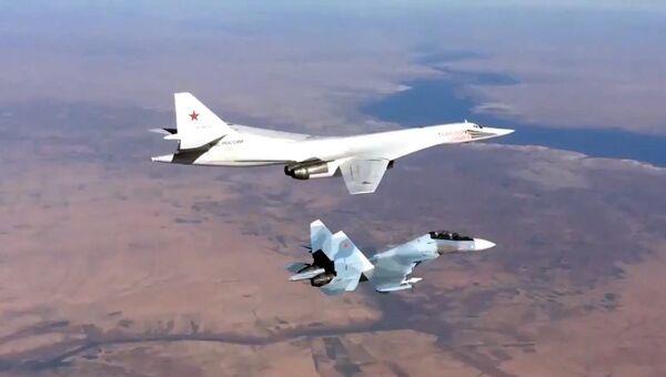 Истребитель Су-30СМ и бомбардировщик-ракетоносец Ту-160 ВКС РФ во время боевого вылета в Сирии