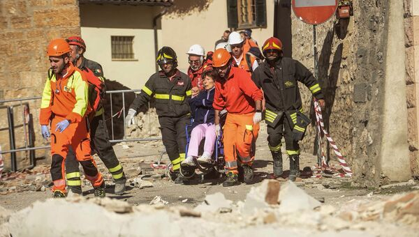 Работа спасателей на месте землетрясения в Италии