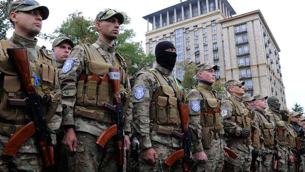 Добровольцы батальона Сич во время отправки в зону вооруженного конфликта на юго-восток Украины. Архивное фото