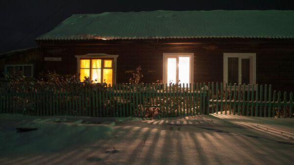 Дом в заснеженном селе Березовка в Томской области