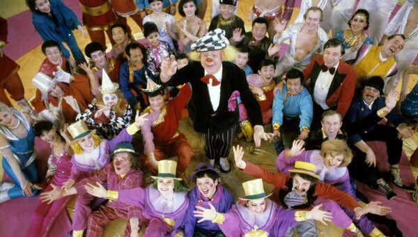 Участники совместной советско-монгольской цирковой программы Солнечный юбилей. Художественный руководитель народный артист СССР Олег Попов - в центре