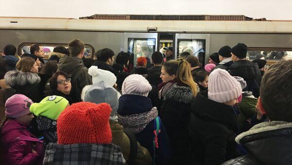 Пассажиры возле вагона метро