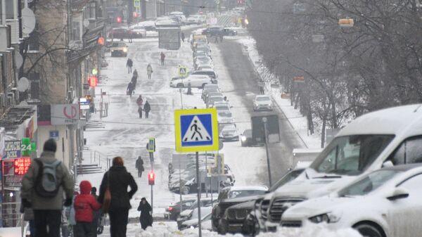Выпавший снег на Ленинском проспекте в Москве
