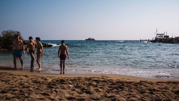 Туристы на берегу Средиземного моря в городе Протарас на Кипре. Архивное фото