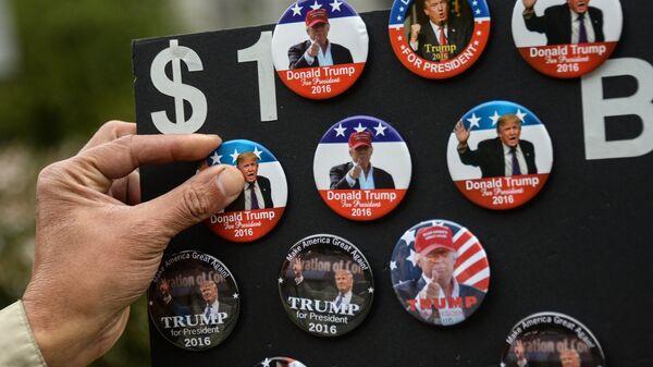 Продажа значков с изображением кандидата в президенты США от Республиканской партии Дональда Трампа в Нью-Йорке