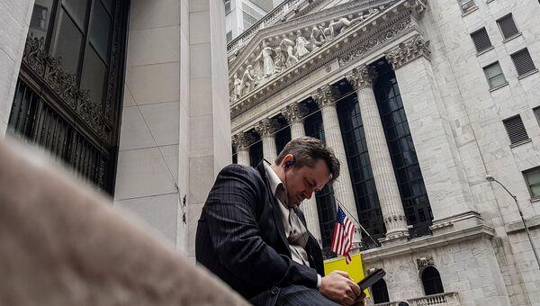 Мужчина неподалеку от здания Нью-Йоркской фондовой биржи. Архивное офто