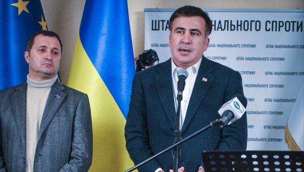 Экс-президент Грузии Михаил Саакашвили (справа) выступает на брифинге перед журналистами в штабе оппозиции в Доме профсоюзов