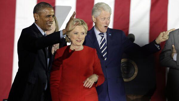 Президент США Барак Обама, кандидат в президенты Хиллари Клиинтон и  экс-президент США Билл Клинтон. Филадельфия, США. 7 ноября