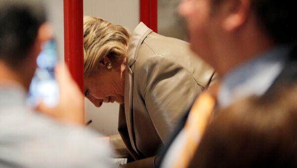 Кандидат в президенты США Хиллари Клинтон во время голосования на избирательном участке в Нью-Йорке
