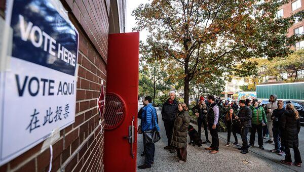 Горожане стоят в очереди на избирательный участок