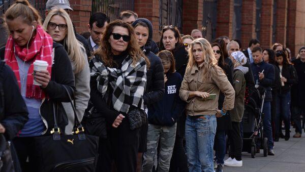 Избиратели стоят в очереди на избирательный участок в Нью-Йорке, где проходит голосование на выборах президента США
