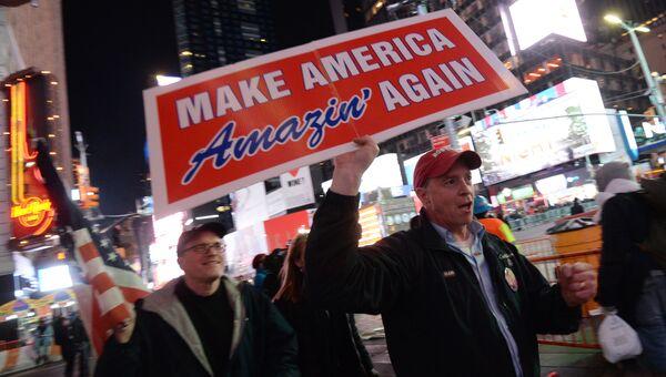 Сторонники кандидата в президенты США от Республиканской партии Дональда Трампа на площади Таймс-сквер в Нью-Йорке