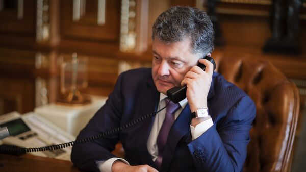 Президент Украины Петр Порошенко во время телефонного разговора