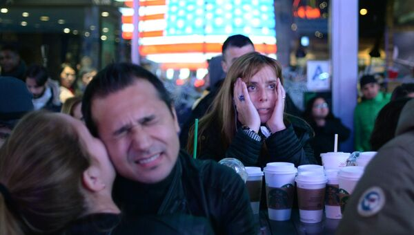 Сторонники кандидата в президенты США от Демократической партии Хиллари Клинтон на площади Таймс-сквер в Нью-Йорке