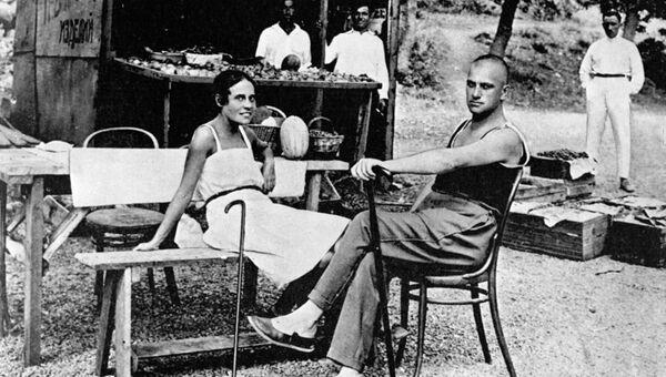 Поэт Владимир Маяковский и Лиля Брик на отдыхе в Крыму. 1926 год