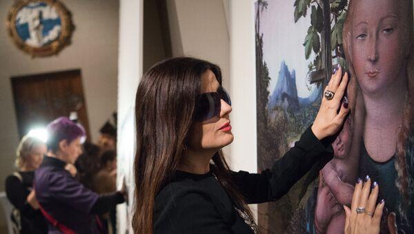 Певица Диана Гурцкая у картины Мадонна в винограднике  Лукаса Кранаха старшего на открытии первой в России выставки тактильных картин для слепых и слабовидящих людей Видеть невидимое