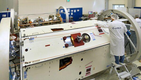 Зонд GRAIL-FO в собранном виде в сборочном цехе компании Airbus