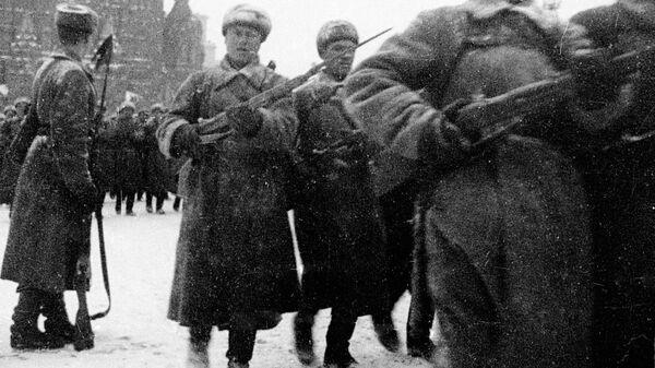 Советские войска проходят по Красной площади во время парада 7 ноября 1941 года