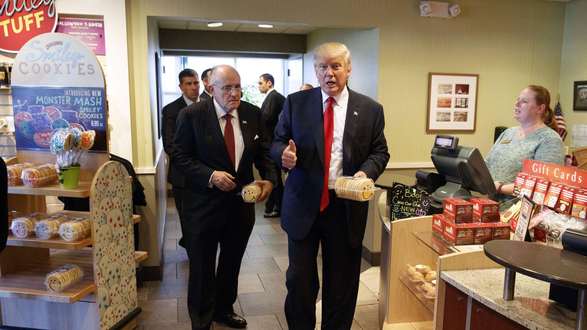 Рудольф Джулиани и Дональд Трамп в продуктовом магазине. 10 октября 2016 года  - РИА Новости, 1920, 19.11.2020