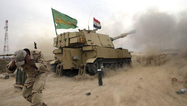 Военнослужащий иракской армии во время обстрела боевых позиций Исламского государства в Мосуле