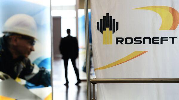 Баннеры с символикой компании Роснефть. Архивное фото