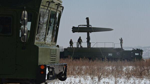 Загрузка ракеты на самоходную пусковую установку ракетного комплекса Искандер-М, архивное фото