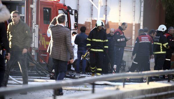 Пожарные на месте взрыва у здания канцелярии губернатора в городе Адана, Турция. 24 ноября 2016