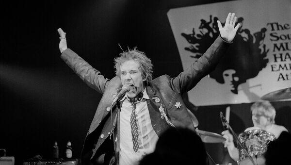 Джонни Роттен во время концерта группы Sex Pistols в Атланте, США. 1978