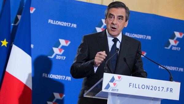 Кандидат на пост президента Франции от партии Республиканцев Франсуа Фийон выступает с декларацией по итогам второго тура праймериз правоцентристской партии Республиканцев в Париже