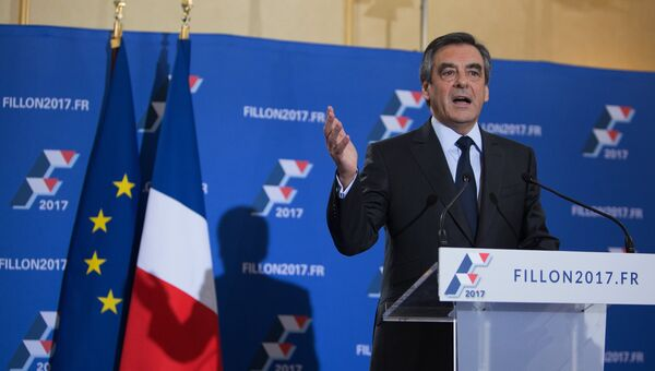 Кандидат на пост президента Франции от партии Республиканцев Франсуа Фийон выступает с декларацией по итогам второго тура праймериз