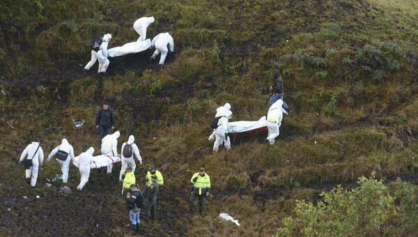 Спасатели на месте крушения самолета, празбившегося у аэропорта Jose Maria Cordova в Колумбии. Архивное фото