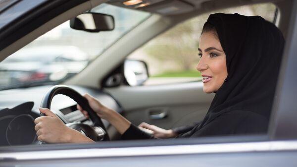 Женщина в хиджабе за рулем автомобиля. Архивное фото