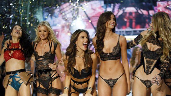 Модели Адриана Лима, Лили Дональдсон, Алессандра Амбросио, Тейлор Хилл и Марта Хант во время показа Victoria's Secret Fashion Show 2016 в Париже, Франция