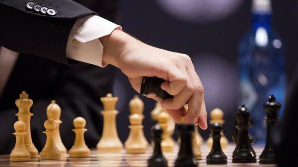 Гроссмейстер Магнус Карлсен играет белыми фигурами на чемпионе мира по шахматам в Нью-Йорке