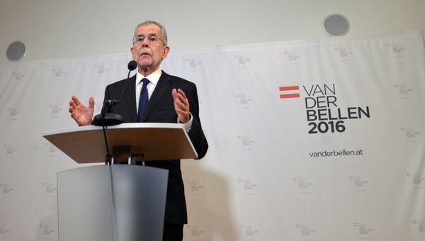 Победивший на выборах президента Австрии, бывший лидер зеленых Александр Ван дер Беллен во время интервью в Вене. Архивное фото