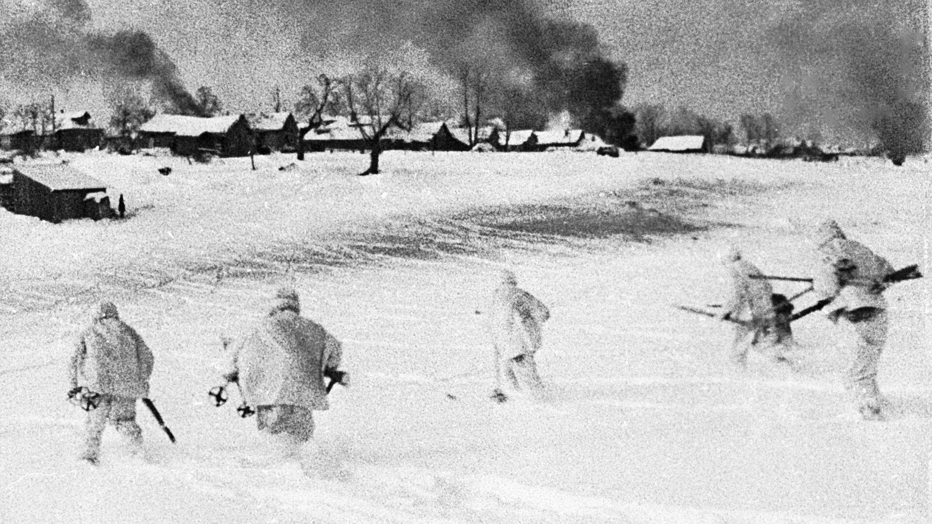 Контрнаступление советских войск в битве под Москвой 5 декабря 1941 года. Кадр из документального фильма Разгром немецко-фашистских войск под Москвой  - РИА Новости, 1920, 03.08.2021