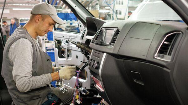 Подключение электроники на конвейере сборочного цеха Ульяновского Автомобильного Завода (УАЗ)