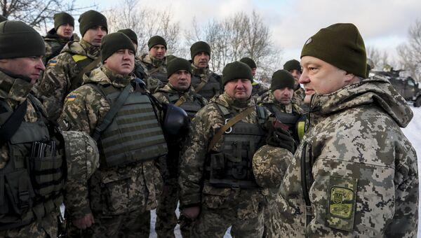 Президент Украины Петр Порошенко во время инспекции опорного пункта на передовой в районе Горловки в Донецкой области. Архивное фото