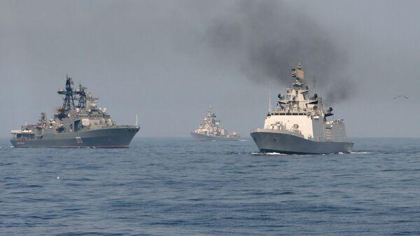 Совместное маневрирование индийских и российских военных кораблей во время военно-морских учений ИНДРА - 2014