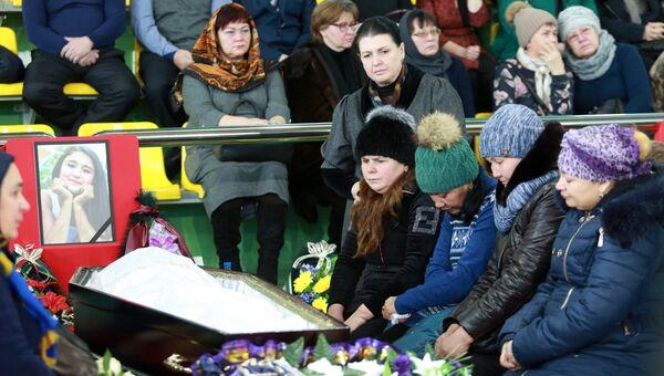 Родные и близкие на церемонии прощания с детьми, погибшими в ДТП на трассе Тюмень - Ханты-Мансийск 4 декабря, в Центре физической культуры и спорта Жемчужина Югры