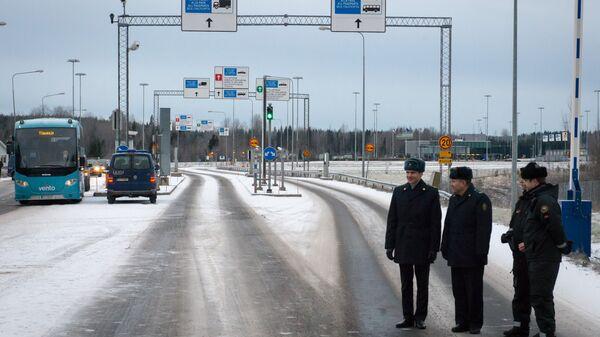 Финские и российские таможенники на пограничном пункте пропуска автомобилей МАПП Нуйамаа на границе Финляндии и России