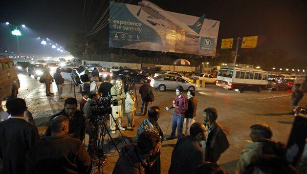 Журналисты возле аэропорта имени Беназир Бхутто в Исламабаде, где должен был приземлиться рейс авиакомпании Pakistan International Airlines из Читрала. 7 декабря 2016