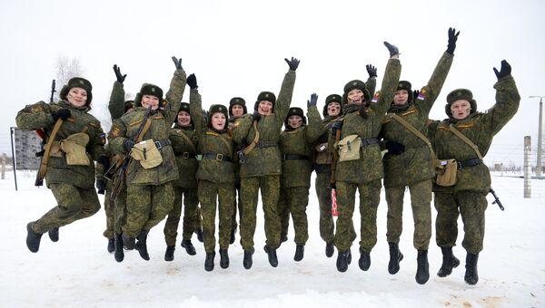 Конкурс для женщин-военнослужащих Макияж под камуфляж. Архивное фото