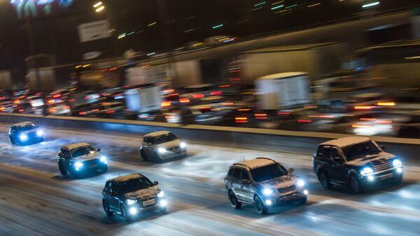 Автомобильное движение на МКАД во время снегопада. Архивное фото