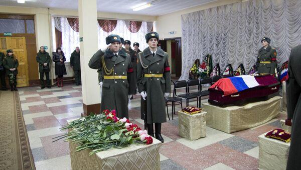 На церемонии прощания с погибшими в Сирии медсестрами в войсковой части Биробиджана