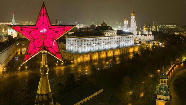 Звезда на Водовзводной башне Московского Кремля. Архивное фото.